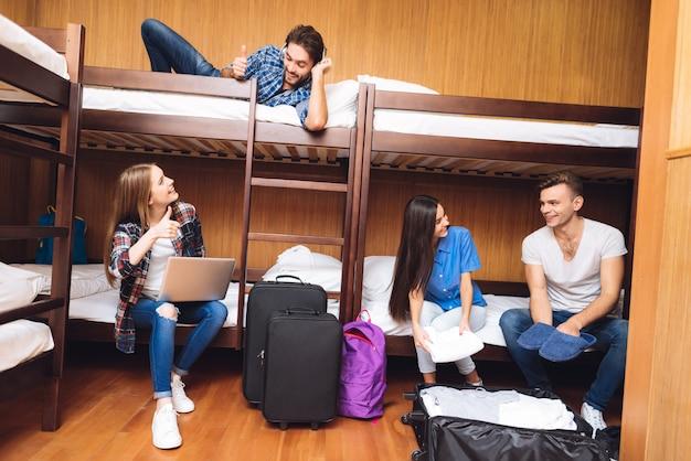 Grupo de amigos que se deslocam no albergue e sorriso.