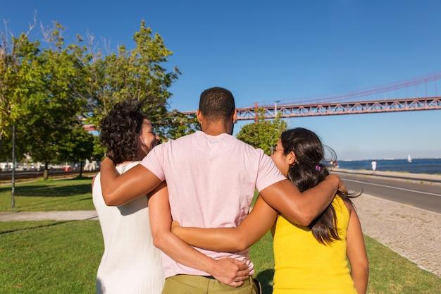 Grupo de amigos reunidos em parque da cidade
