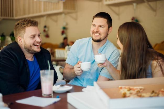 Grupo de amigos reunidos em pizzaria