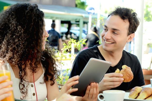 Grupo de amigos reunidos em uma cafeteria.