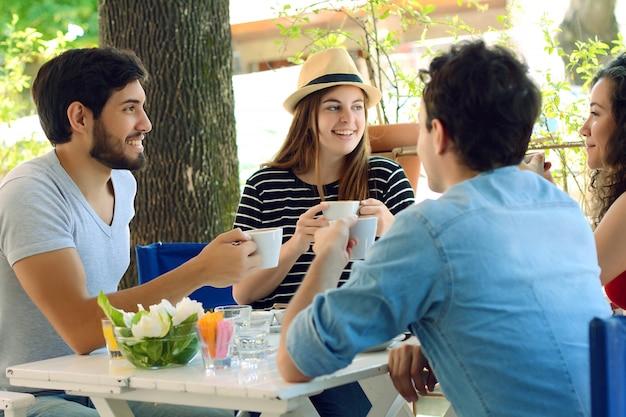 Grupo de amigos reunidos no café local.