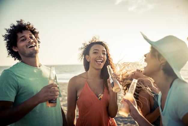 Grupo de amigos se divertindo à beira-mar