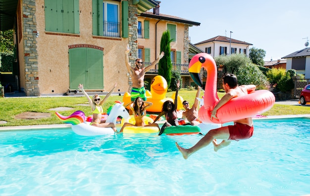 Grupo de amigos se divertindo na piscina