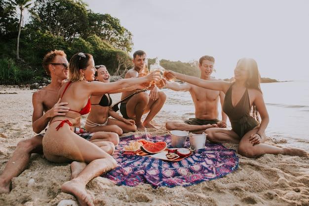 Grupo de amigos se divertindo na praia em uma ilha solitária