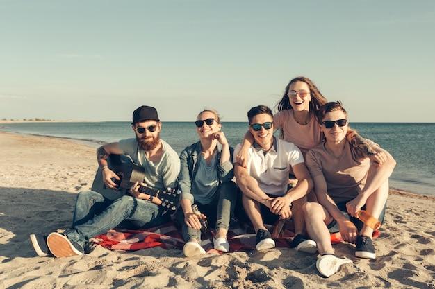 Grupo de amigos se divertindo na praia