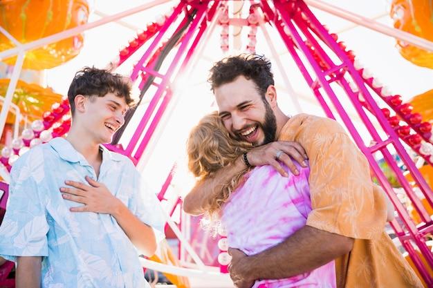 Grupo de amigos se divertindo no parque de diversões