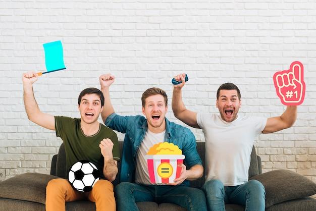 Grupo de amigos sendo alegre de um sofá
