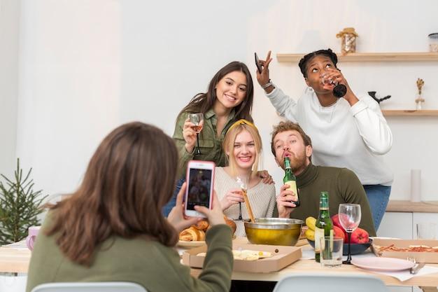 Grupo de amigos tirando fotos