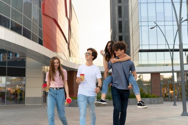 Grupo de amigos tomando café ao ar livre na cidade Foto gratuita