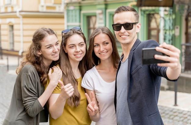 Grupo de amigos tomando selfie