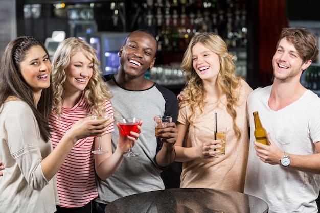 Grupo de amigos tomando uma bebida