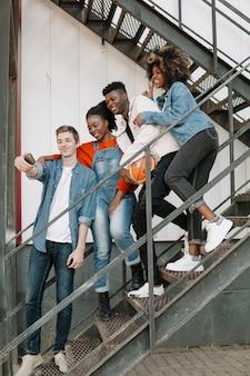 Grupo de amigos tomando uma selfie juntos
