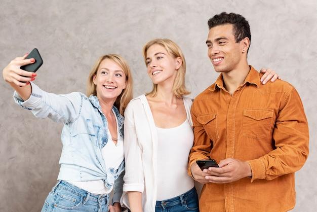 Grupo de amigos tomando uma selfie