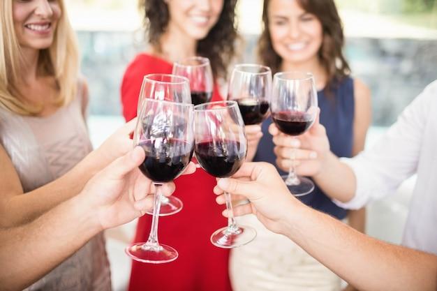 Grupo de amigos tomando vinho na festa