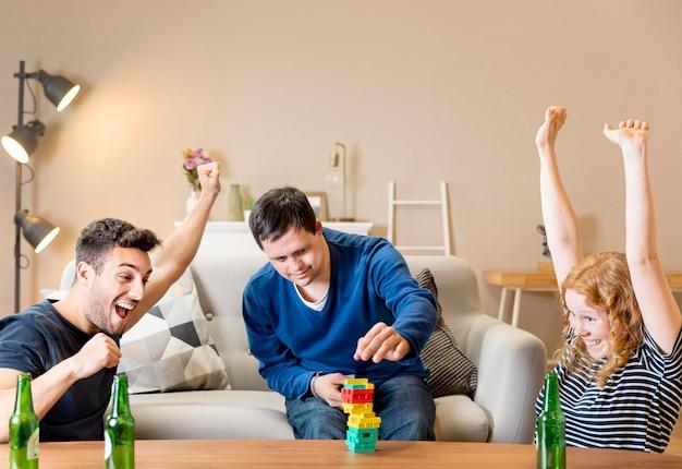 Grupo de amigos torcendo jogando jogos