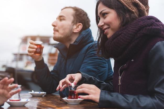Grupo de amigos turcos bebendo cay, chá tradicional