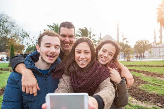 Grupo de amigos turcos tomando selfie em istambul