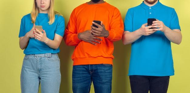 Grupo de amigos usando smartphones móveis. vício dos adolescentes nas novas tendências tecnológicas. fechar-se.
