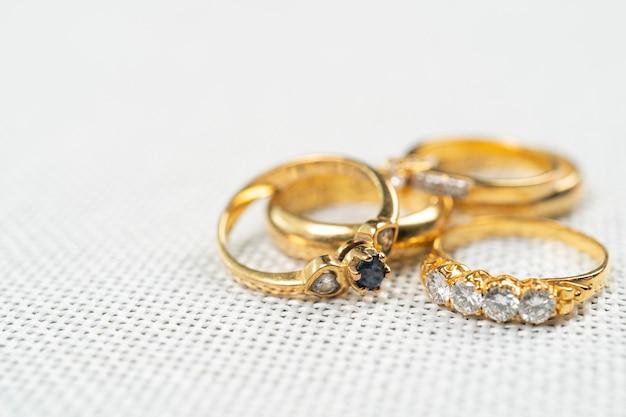 Grupo de anel de diamante em saco branco