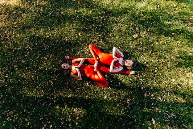 Grupo de aptidão fazendo yoga no parque pose de árvore. exercite-se.