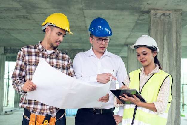 Grupo de arquiteto engenheiro e capataz oficial reunião sobre construção plano de trabalho no estaleiro