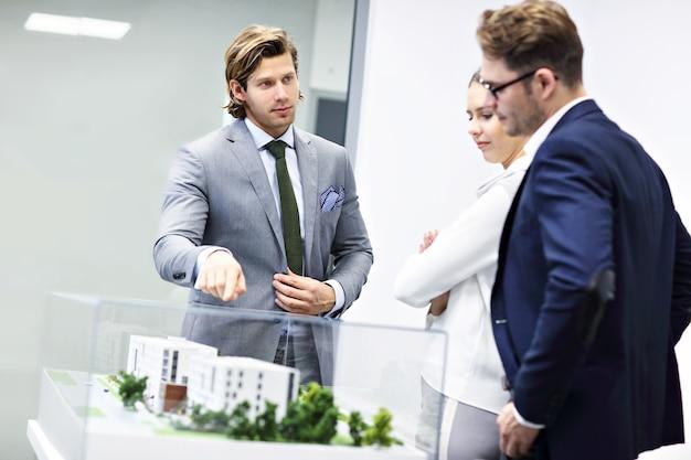 Grupo de arquitetos compartilhando ideias em um escritório moderno