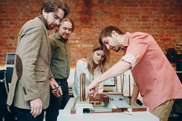 Grupo de arquitetos condena com plantas e projeto de design de layout no escritório