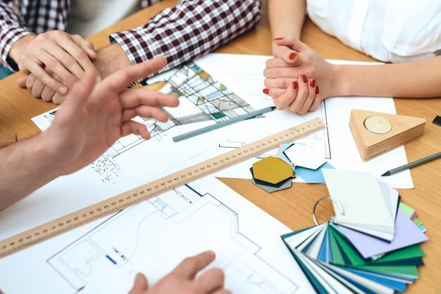 Grupo de arquitetos de designers discutir o projeto.