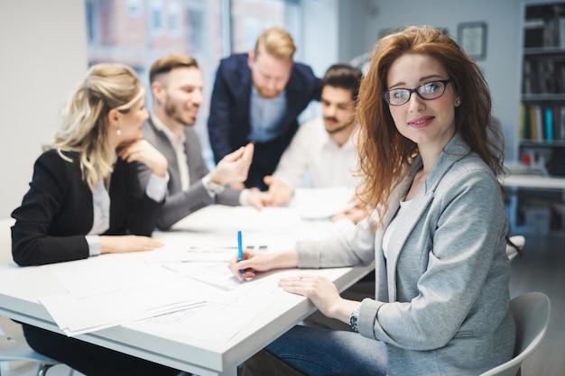 Grupo de arquitetos e empresários trabalhando juntos e brainstorming