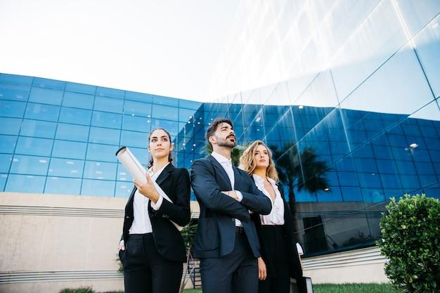 Grupo de arquitetos em frente ao edifício moderno