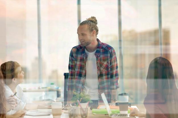 Grupo, de, asiático, e, multiétnico, pessoas negócio, com, terno ocasional, brainstorming, e, trabalhando