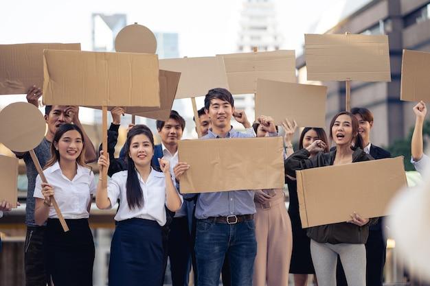 Grupo de ativistas com faixas protestando pela democracia e igualdade. homens e mulheres fazendo um protesto silencioso pela democracia e igualdade