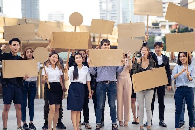 Grupo de ativistas com faixas protestando pela democracia e igualdade