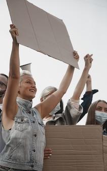 Grupo de ativistas dando slogans em um comício