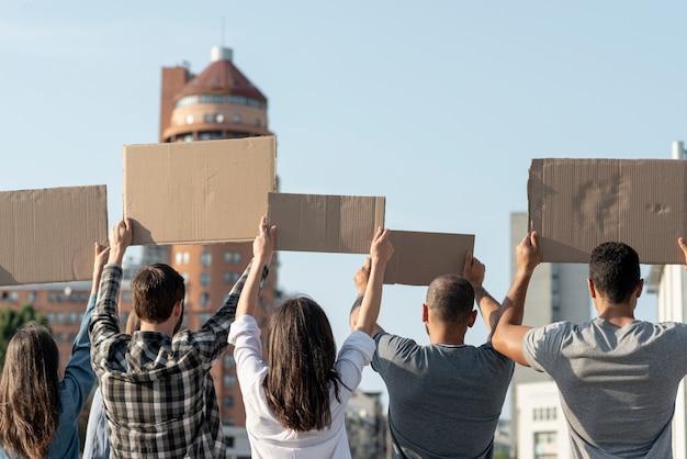 Grupo de ativistas que demonstram a paz