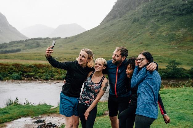 Grupo de atletas tomando uma selfie na natureza