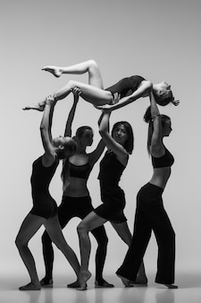 Grupo de bailarinos modernos