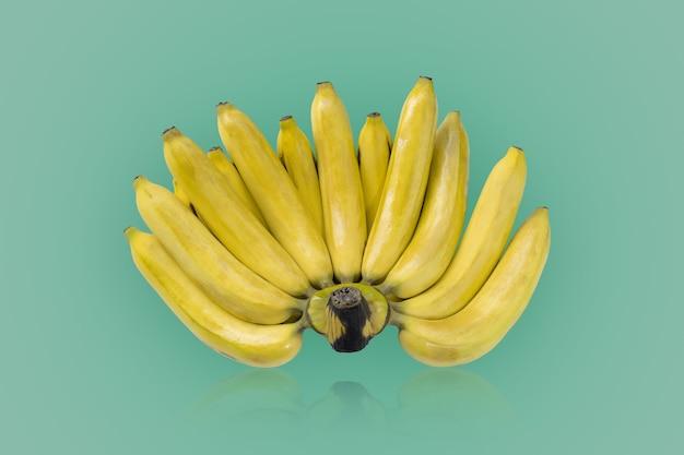 Grupo de bananas maduras isoladas em fundo de cores verdes