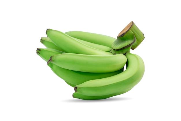 Grupo de bananas verdes crus em um mesmo galho, isolado no fundo branco.