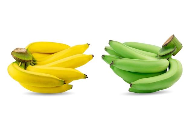 Grupo de bananas verdes e amarelas em um mesmo galho, isolado no fundo branco.