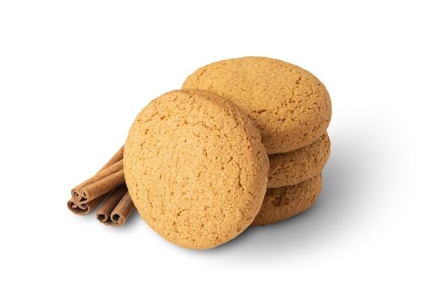 Grupo de biscoitos de aveia e canela isolado na superfície branca