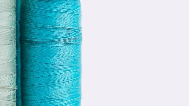 Grupo de bobinas de fio azul