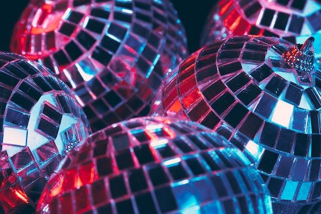 Grupo de bolas de discoteca brilhantes no escuro close-up