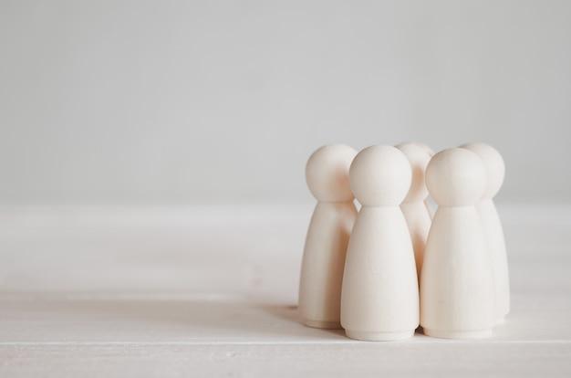 Grupo de bonecos de madeira em cima da mesa