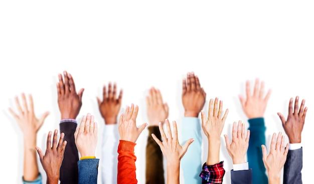 Grupo de braços de mãos levantou o conceito de vounteer