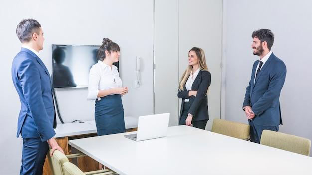 Grupo, de, businesspeople, ficar, em, a, conselho, reunião