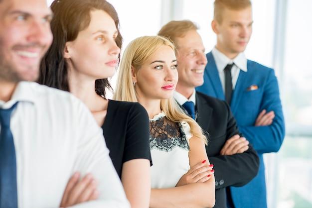 Grupo, de, businesspeople, ficar, uma fileira