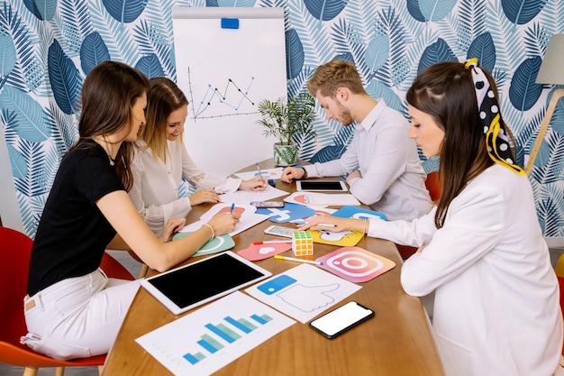 Grupo, de, businesspeople, planejando, ligado, social, mídia, aplicação