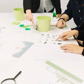 Grupo, de, businesspeople, trabalhando, em, escritório