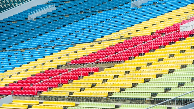 Grupo de cadeiras da cor no estádio de assento.